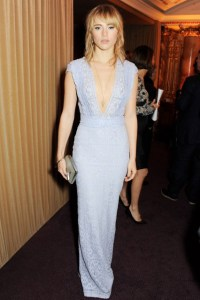 suki-waterhouse in Burberry-vogue-2dec13-getty_b_426x639